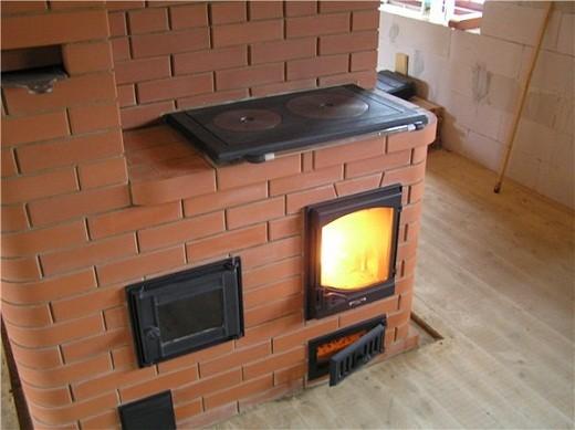На фото камин и варочная печь из кирпича