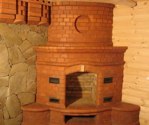 На снимке пример готового камина из кирпича