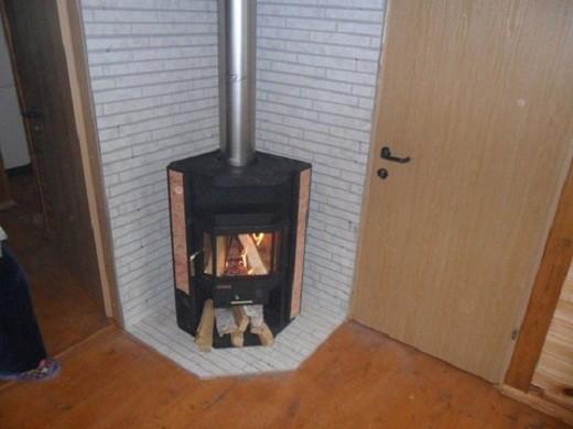 На снимке угловая печь-камин Нева Metafire