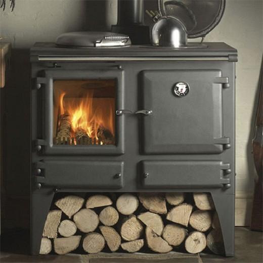 На снимке чугунная печь-камин на дровах