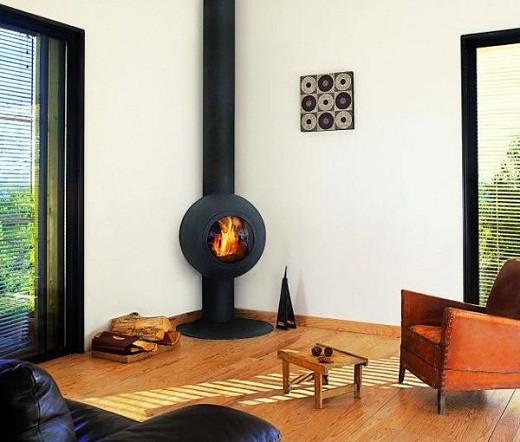 Оригинальный современный угловой камин в интерьере гостиной на фото