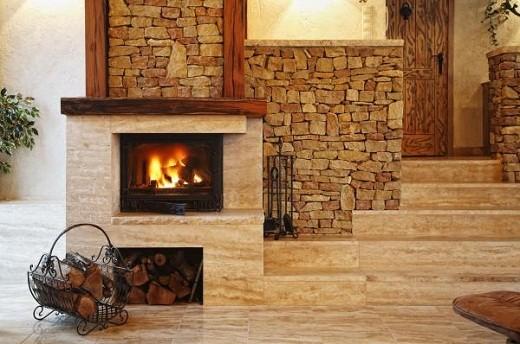 На фото дровяной камин, топочная камера которого заводского изготовления, а портал обрамляющий топку, выполнен из декоративного камня