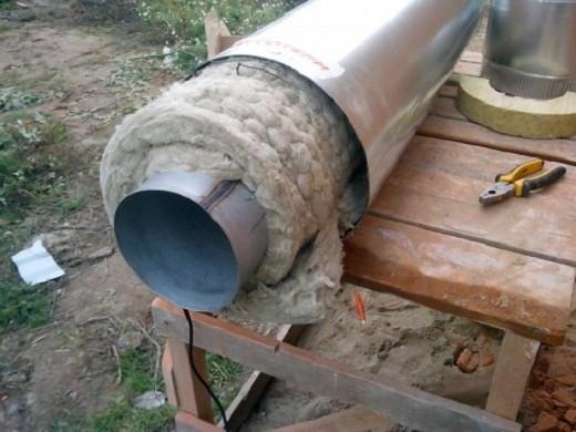На снимке представлена двухконтурная труба, используемая для монтажа утепленного дымохода