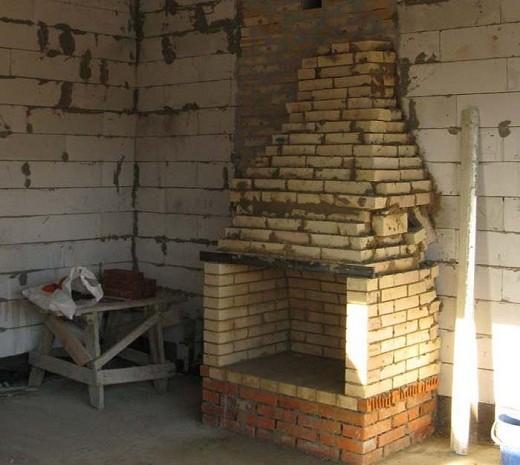 На фото строительство дымохода для камина