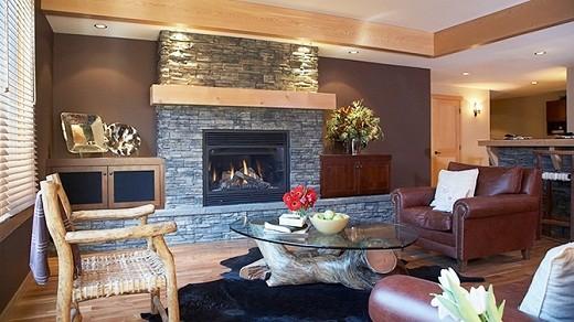 На фото пример дизайна гостиной с электрическим камином