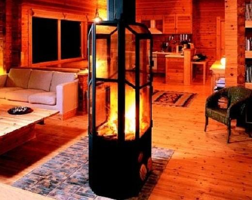 На снимке дровяной камин, корпус которого выполнен из огнеупорного стекла