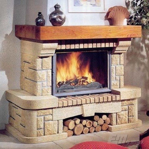На фото пример камина на дровах