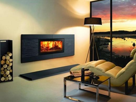 На фото представлен электрический камин, встроенный в стену.