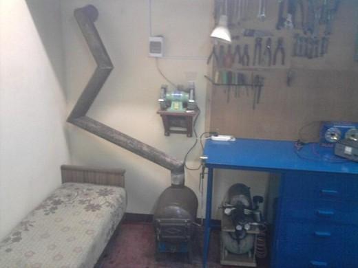 На снимке пример оборудованного коленного дымохода для буржуйки