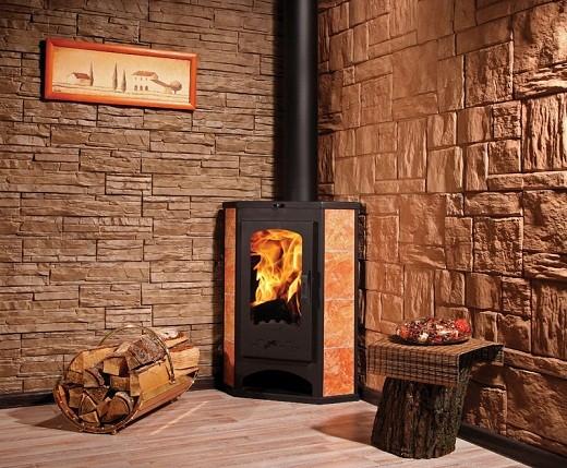 На снимке компактная угловая печь-камин, оптимально подойдет для установки на даче