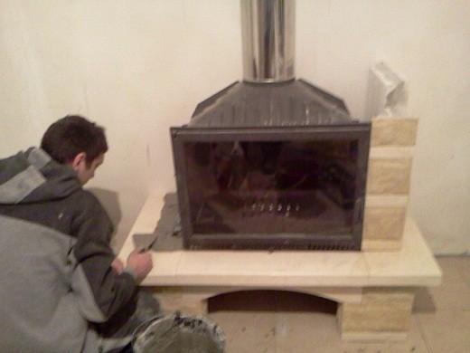 Монтаж дровяного камина с облицовкой на снимке