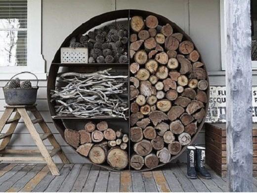 Поленницы для дров могут выглядеть весьма оригинально, например, как на фото