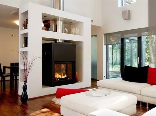 На фото пример обустройства встроенного камина сквозного типа, т.е. за пламенем можно наблюдать по обе стороны стены