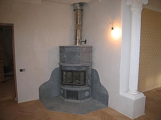 Угловой камин с дымоходом из нержавеющей стали на фото