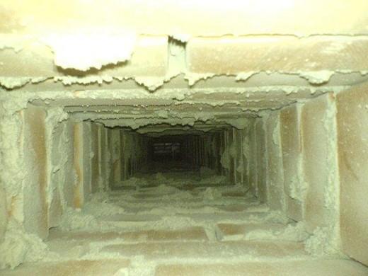 На фото представлен пример того, как не должен выглядеть кирпичный дымоход изнутри
