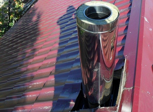 На снимке сэндвич труба, выведенная на крышу